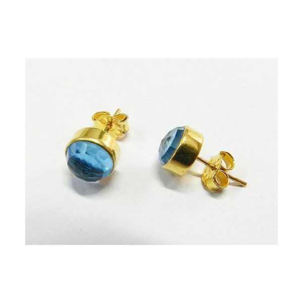 Vergulde oorknoppen gezet met ronde facet blauwe Topaas
