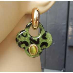 Goud vergulde creolen met groene klaver oorhangers van resin en ornamenten