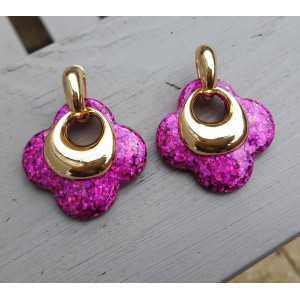 Goud vergulde creolen met roze glitter klaver oorhangers van resin