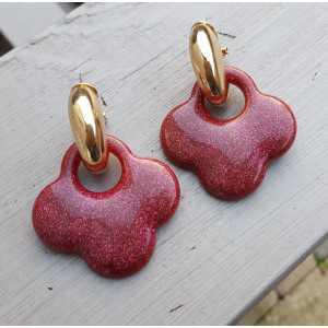 Goud vergulde creolen met rode glitter klaver oorhangers van resin