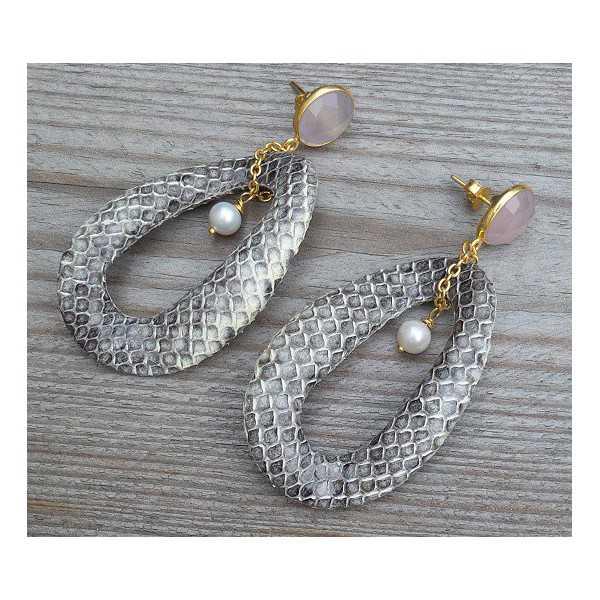 Vergulde oorbellen wavy ring van Slangenleer en roze Chalcedoon