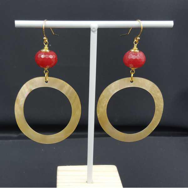 Oorbellen met ring van schelp en rode Jade
