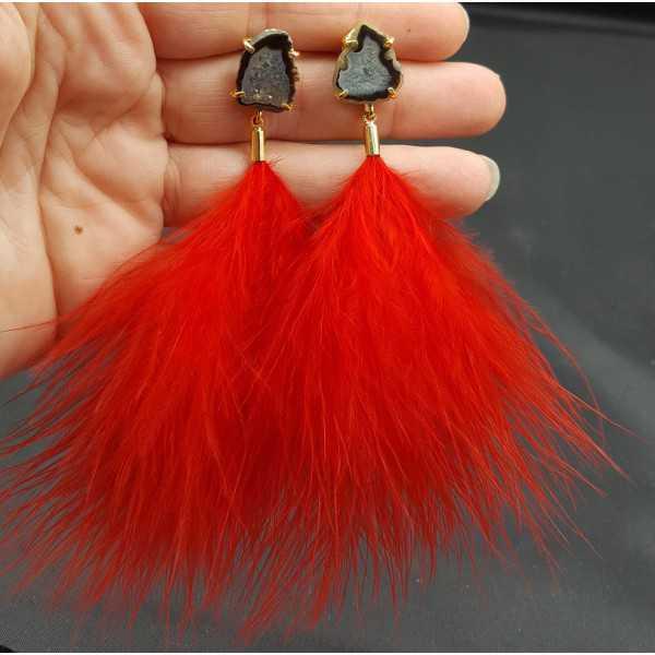 Vergoldete Ohrringe mit Achat-geode und roten Federn