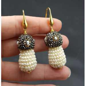 Vergoldete Ohrringe mit Süßwasser-Perlen und Kristallen