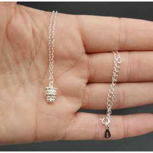 Zilveren ketting met dennenappel hanger