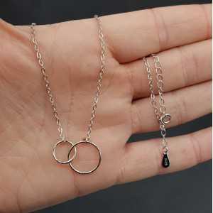 Zilveren ketting met twee cirkels