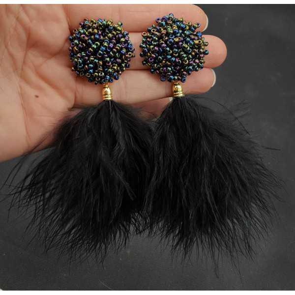 Ohrringe mit schwarzen Federn und oorknop mit Perlen