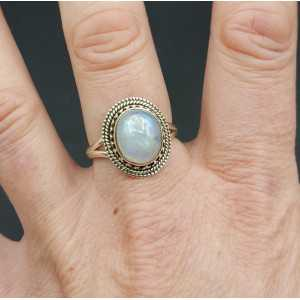 Zilveren ring gezet met cabochon ovale regenboog Maansteen