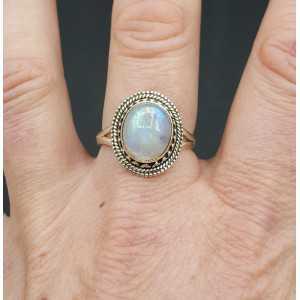 Zilveren ring gezet met cabochon ovale regenboog Maansteen 18.5