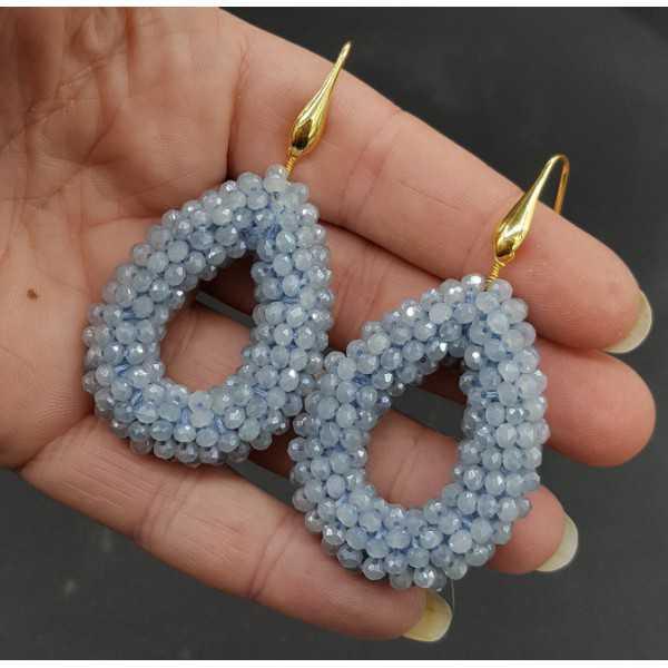 Vergoldete Ohrringe offenen Tropfen hellblau funkelnden Kristallen