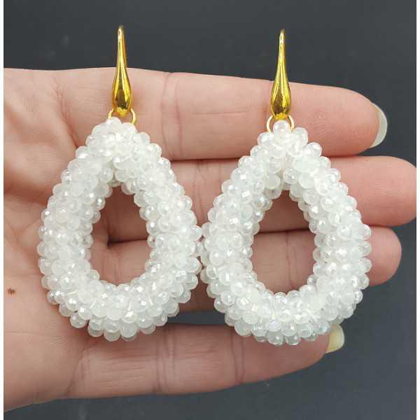 Vergoldete Ohrringe mit offenem drop von weißen Kristallen