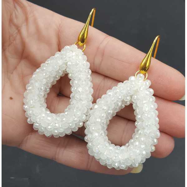 Goud vergulde oorbellen met open druppel van witte kristallen