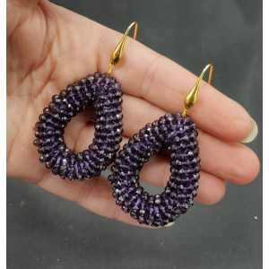 Goud vergulde oorbellen met open druppel van donker paarse kristallen