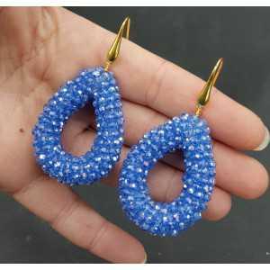 Goud vergulde oorbellen met open druppel licht blauwe sparkling kristallen