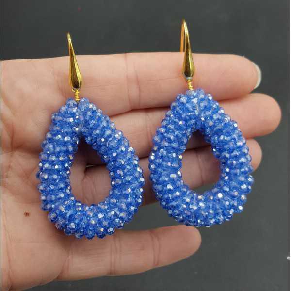 Vergoldete Ohrringe mit offenem Tropfen hellblau funkelnden Kristallen