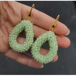 Goud vergulde oorbellen open druppel met licht groene kristallen