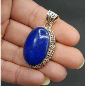 Zilveren hanger met brede ovale Lapis Lazuli in bewerkte setting