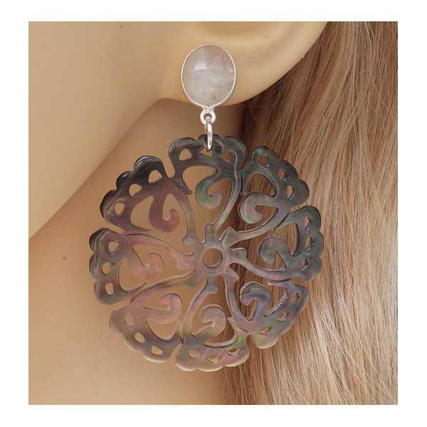 Zilveren oorbellen met uitgesneden blacklip schelp en Maansteen