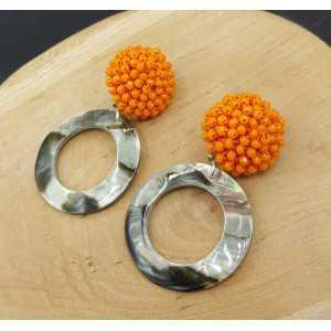 Oorbellen met oranje kristallen en schelp hanger