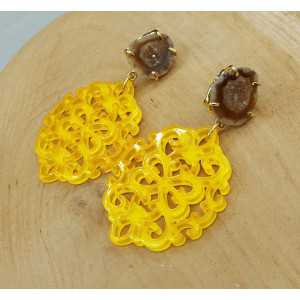 Goud vergulde oorbellen met gele resin hanger en Agaat geode