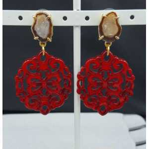 Goud vergulde oorbellen met rode resin hanger en Agaat geode