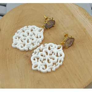 Goud vergulde oorbellen met witte resin hanger en Agaat geode
