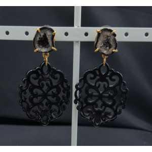 Goud vergulde oorbellen met zwarte resin hanger en Agaat geode