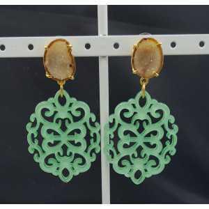 Goud vergulde oorbellen met mint groene resin hanger en Agaat geode