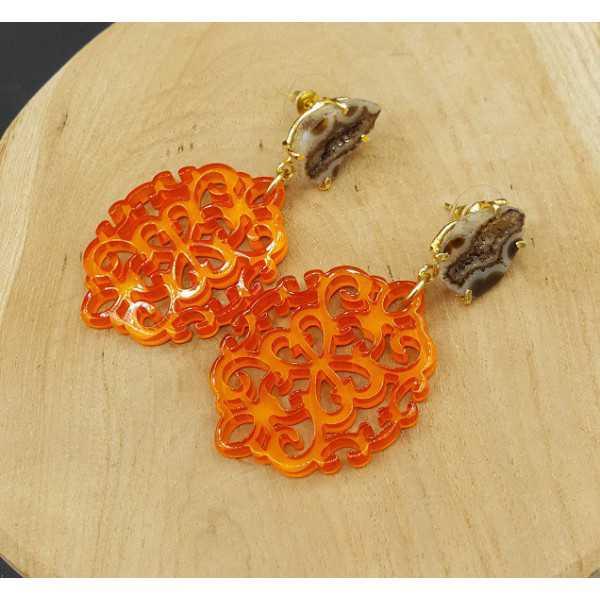Goud vergulde oorbellen met oranje resin hanger en Agaat geode
