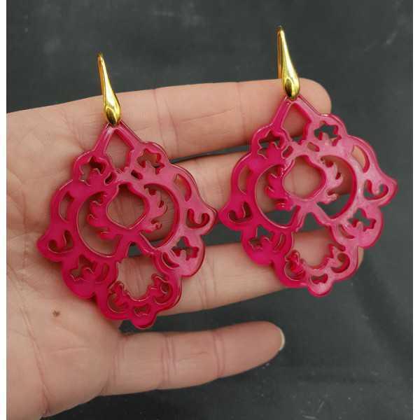 Goud vergulde oorbellen met fuchsia roze resin hanger