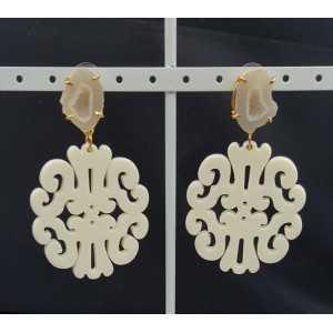 Goud vergulde oorbellen met ivoor witte resin hanger en Agaat geode
