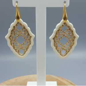 Goud vergulde oorbellen met hanger van goud met ivoor kleurige resin