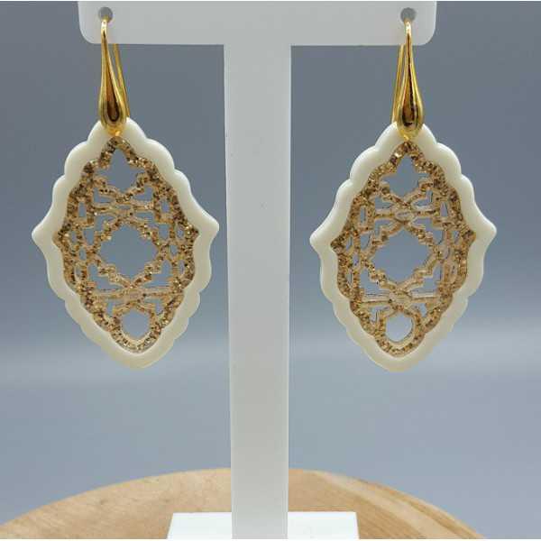 Vergoldete Ohrringe mit Anhänger aus gold mit Elfenbein farbigen Harz