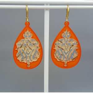 Oorbellen met oranje gouden lace resin hanger