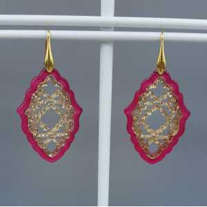Goud vergulde oorbellen met fuchsia roze en gouden resin hanger