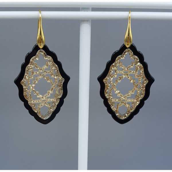 Vergoldete Ohrringe mit schwarzen und Goldenen Harz-Anhänger