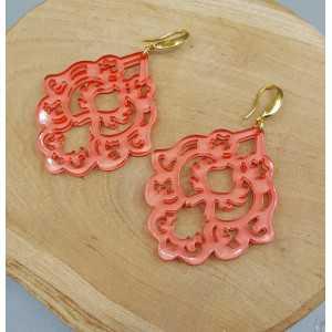 Oorbellen met oranje zalm kleurige resin hanger