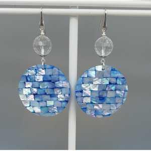 Oorbellen met ronde schelp hanger en Bergkristal
