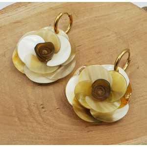 Creolen met uitgesneden bloem van Buffelhoorn