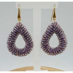 Goud vergulde oorbellen met open druppel van sprankling paarse kristallen