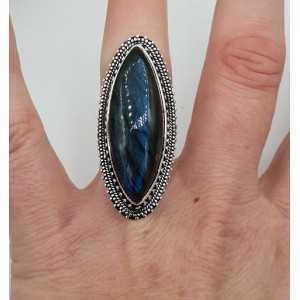 Zilveren ring gezet met marquise Labradoriet en bewerkte kop 17.3 mm