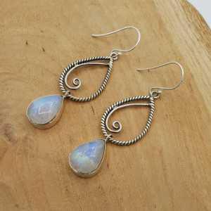 Zilveren lange oorbellen gezet met druppelvormige cabochon Maansteen