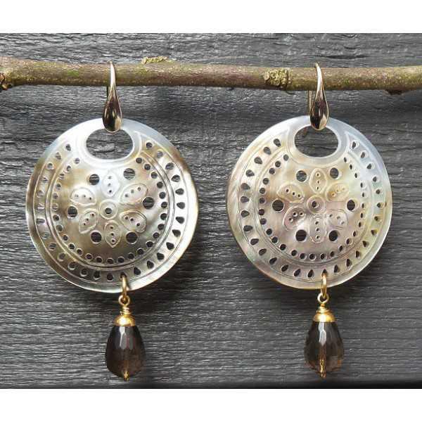 Vergulde oorbellen met ronde blacklip schelp en Smokey Topaas