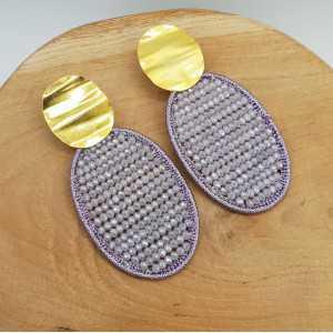 Goud vergulde oorbellen met ovale hanger van zijdedraad en kristallen