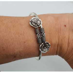 Zilveren armband / bangle met twee bloemen