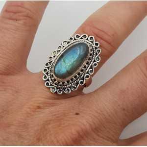 Zilveren ring gezet met ovale Labradoriet en bewerkte kop 16.5 mm