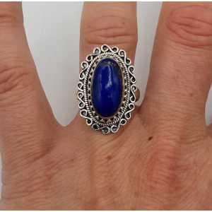 Zilveren ring met ovale Lapis Lazuli en bewerkte kop 17.3 mm