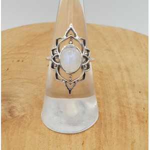 Zilveren ring gezet met ovale cabochon Maansteen 16.5 mm