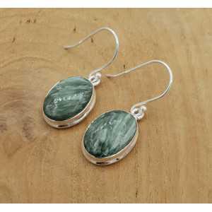 Zilveren oorbellen gezet met ovale Seraphiniet