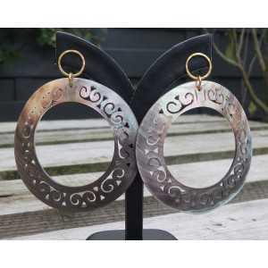 Vergoldete Ohrringe mit großen geschnitzten blacklip-Muschel-Ringe